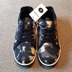 New boys size 4 camo shoes